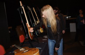 guitarsigning_cantrell